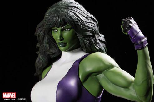 XM-Studios-1-4-SHE-HULK-Statue-in-hand