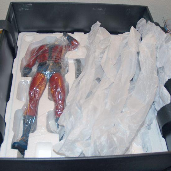 XM-Studios-ANTMAN-W-COIN-1-4-Scale-Statue-636-700-_57 (2)