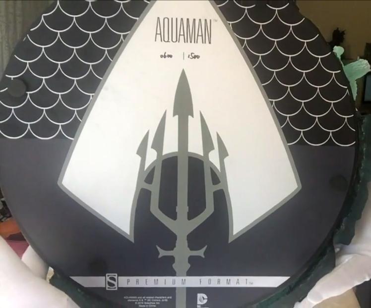 Aquaman-Premium-Format-Statue-unbox02