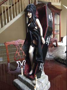 Elvira-Sideshow-Collectable-Premium-Statue-Beautiful-Coffin-_57 (1)