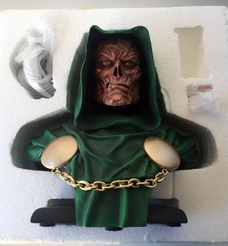 Sideshow-Collectibles-Dr-Doom-Legendary-Scale-Bust-Statue-_57 (1)
