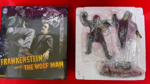 Sideshow-FRANKENSTEIN-meets-The-Wolf-Man-Dioram-Statue-_57 (1)